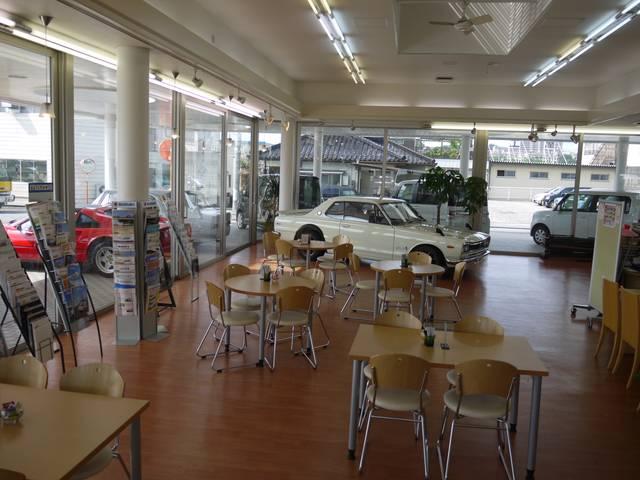明るいショールーム内には、車の情報満載です!希少車も展示されていますよ!