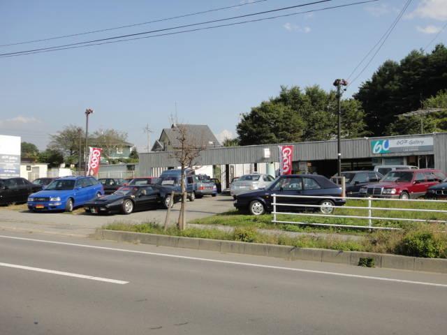 展示場には輸入車をメインに15~20台程の車が展示してあります。