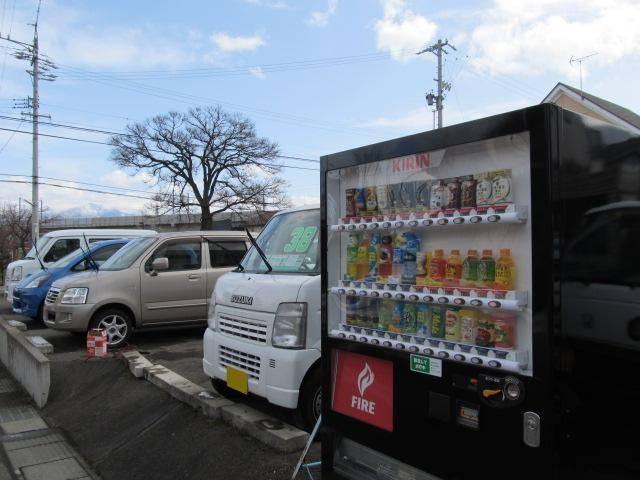 自動販売機設置しています!お好みのドリンクを飲みながらゆっくりと展示車両をご見学ください!