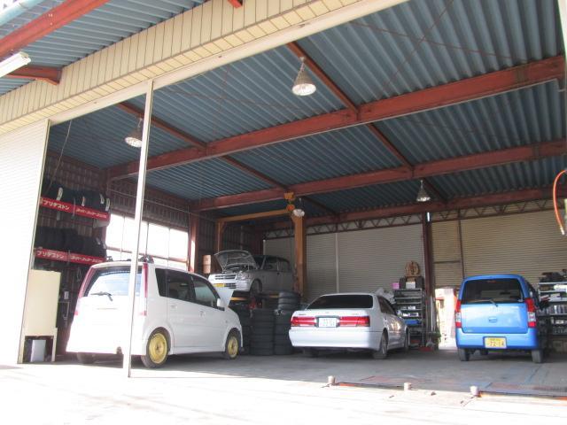 整備工場を併設しております。当店にて整備をしてきた安心中古車を中心に販売しております。
