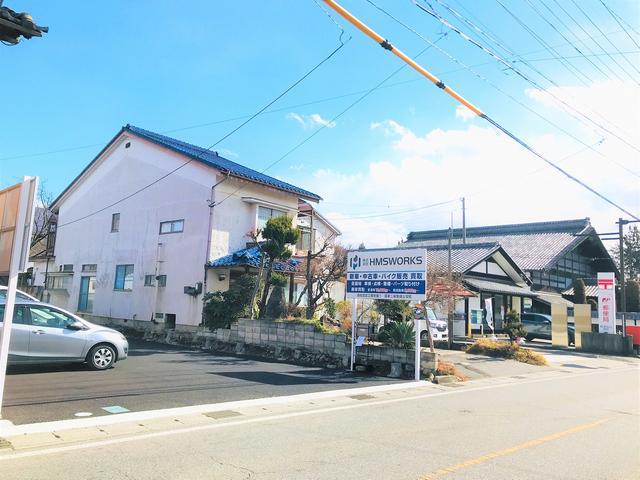 松本出川郵便局の隣に位置します