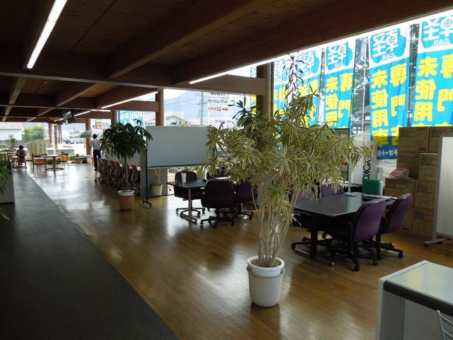 こちらが本社兼整備工場の待合室となっております。広々とした空間で、リラックスしてお待ち頂けます。