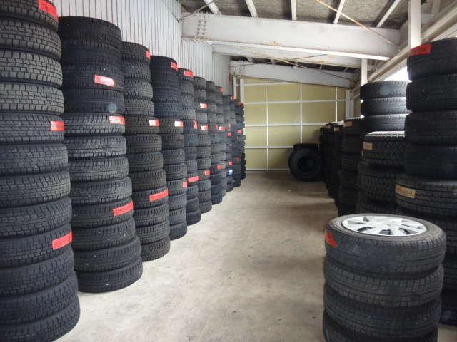 タイヤ保管サービスも承っています。自宅に置き場スペースが無いなどご相談下さい。