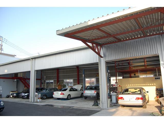 修理ピットは2レーンプラス車検ラインです。後2レーン増設可能なスペースは屋内展示場に!