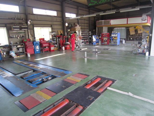 整備工場は毎日、掃除をしています。指定工場・認証工場ですので整備はお任せ下さい!!