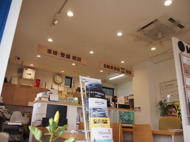 落ち着いたカフェ風の店内です。整備中にもごゆっくりしていただけるよう配慮しております。
