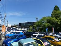 展示場には常時50台以上の展示車両があり、敷地内には公開前車両を含め約100台の車両がございます。