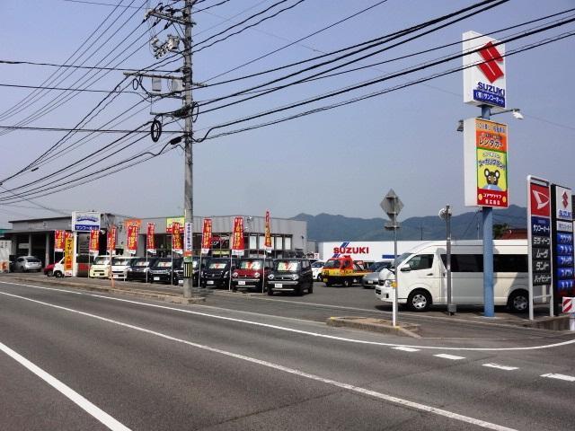広い店舗にダイハツ、スズキの人気車を展示しております。