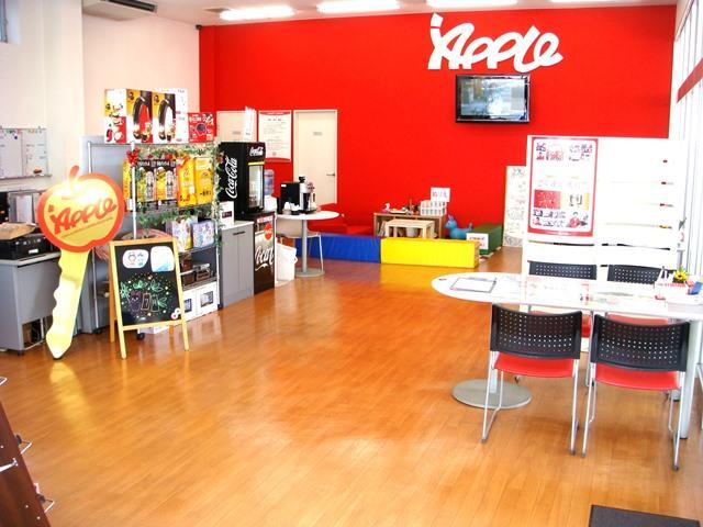 店内はフローリングを基調とした明るい雰囲気です。落ち着いた空間でごゆっくりおくつろぎ下さい。