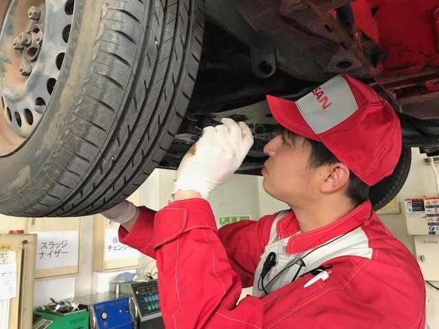 普段では見れないタイヤの裏側も、整備のプロがくまなく確認します。