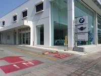 MINI沖縄とBMW各ショールームの間の道を奥へどうぞ。BMWマークの駐車スペースをご利用下さい。