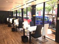 カフェスタイルの新店舗! リラックスした雰囲気でお車に関する御説明をさせて頂きます!