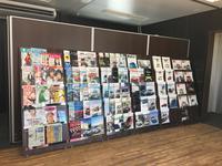 壁一面のマガジンラックには、車のカタログはもちろん、雑誌・新聞もご用意しております!
