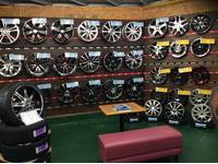 店内には各メーカーのホイールを展示販売中!もちろんアルミセットの取付やタイヤ交換も承ります!