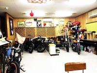 広い店内には、カスタムバイクや雑貨が並びます