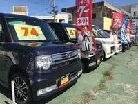 沖縄市高原交差点近く大きな看板が目印!お買い得車を多数展示中!