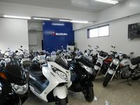 室内展示場には、ピッカピカのバイクがズラリ!!