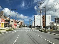 大謝名交差点を曲がってすぐMrKINJOU様建物の手前を右折に御座います。