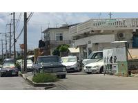 展示場から道並び沖縄市向け300m先、二ライ消防署斜め向かいが事務所になります。