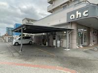 店舗側面駐車場、奥に西崎総合運動公園が見えますね。