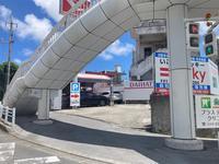 南風原方面からお越しの際は交差点の信号を右斜めに右折し高架橋の下を潜ればお客様駐車場となります。