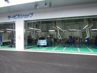 サービス工場では、お客様の愛車を真心込めて 点検整備致します。