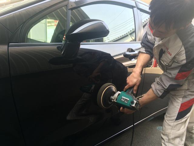 お車を磨いている様子です。お車をピカピカに磨き上げます