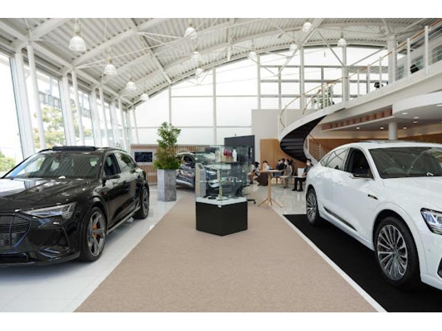 ショールーム内には常時4〜7台の展示車を展示しております☆