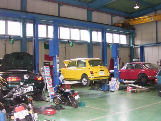 認証工場完備!2006年に現在地に移転し、広い工場と3基のリフトを完備しております。