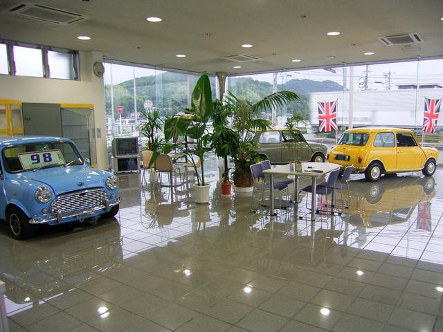 白を基調とした清潔なショールーム!無料ドリンクなど用意しており、くつろげる空間になっております。