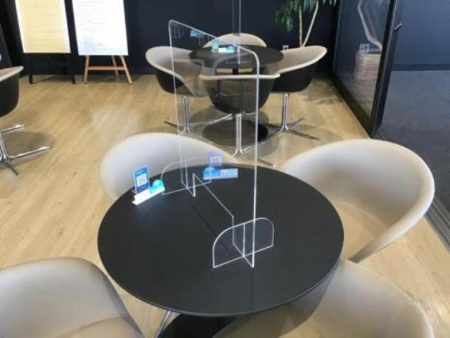 商談テーブルには透明のプラスチック板を常備しております。お車のことはなんでもご相談ください。