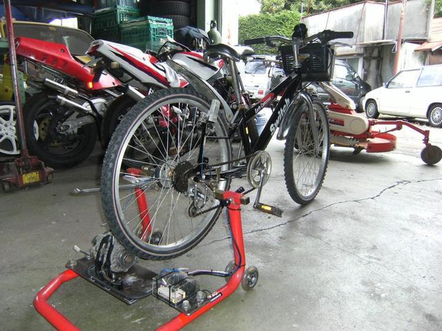 自動車のオルタネーターを流用し発電自転車製作。