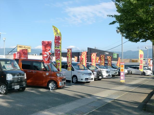 甲府方面より昭和バイパスに入り突き当りの信号を左300m『現金買取』が目印の中古車販売店です。