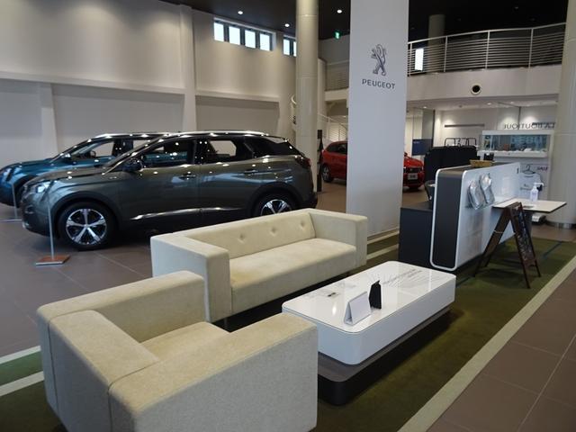 日本最大級の最新CIショールームには新車を常時5台を展示。ゆっくりと最新プジョーをご覧頂けます。