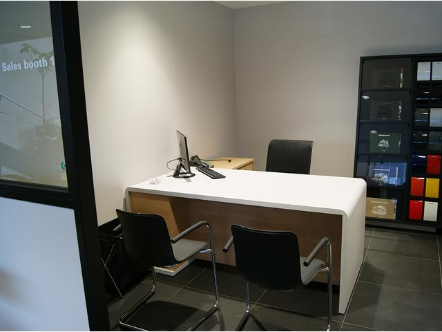 白と黒を基調としております。落ち着いた雰囲気の中、商談や整備の待ち時間をお過ごし頂けます。