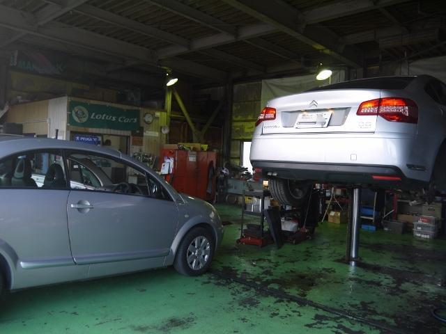 フランス車の整備・修理・メンテナンスなど様々な作業を行っております。