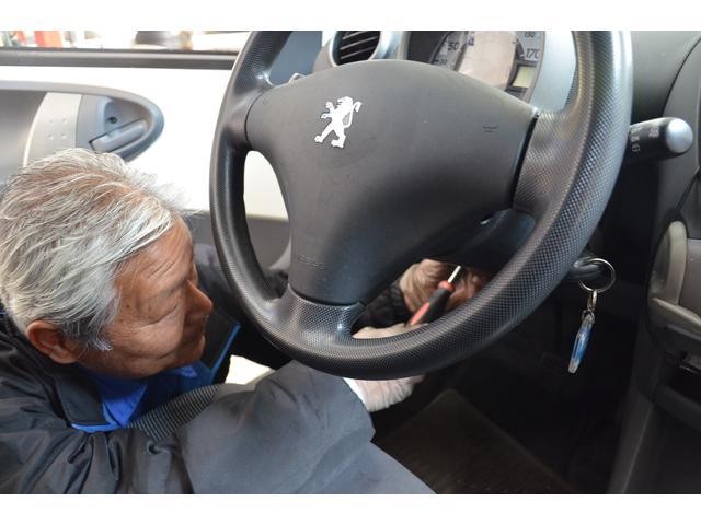 安心してプジョーにお乗りいただくため、細かい点検を欠かしません。