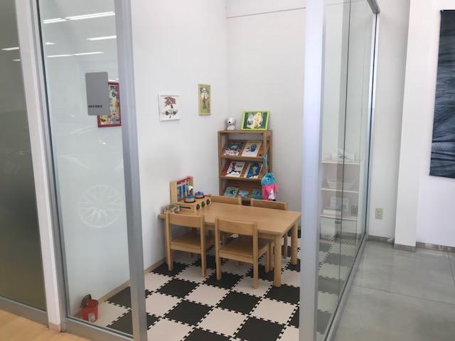 お子様専用スペースは待合スペース横でガラス張りなので安心して見守ることができます。