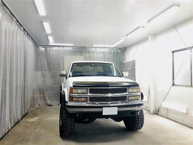 アメ車のピックアップトラックが楽々入る広い塗装ブース