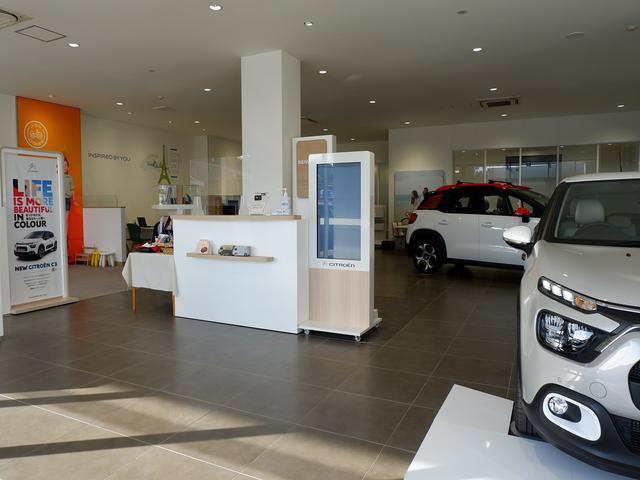開放感溢れる落ち着いた店内。もちろん新車ショールーム併設、お客様のお車選びを専門スタフがサポート!