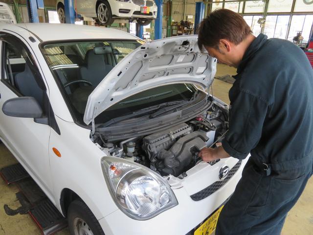 オイル点検です。車の中で常に働いている部分だからこそこまめなチェックが必要になります。