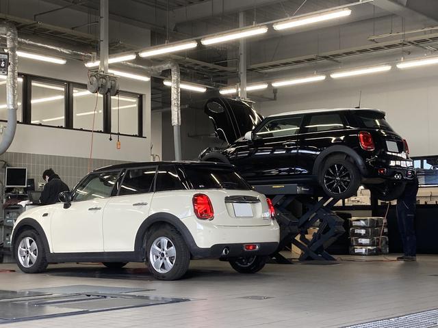 民間車検指定工場を併設。リフトとシャシダイ、アライメントテスターも完備しております。