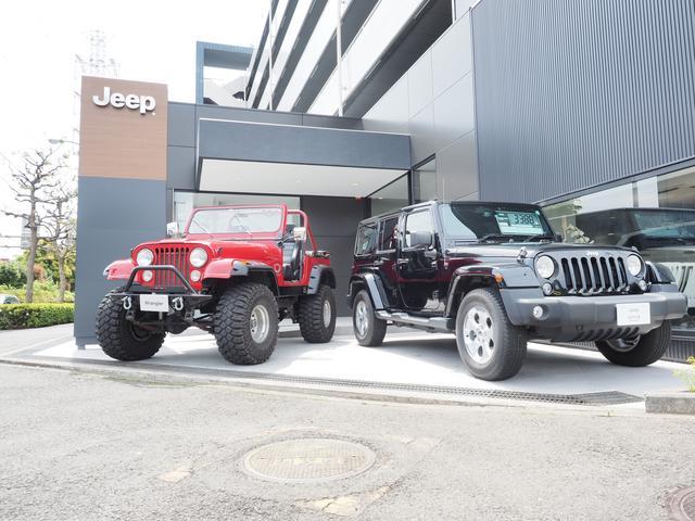Jeep横浜港北店は新VIによるグレーの外壁に木目の看板が目印「荏田高校入口」交差点角にございます
