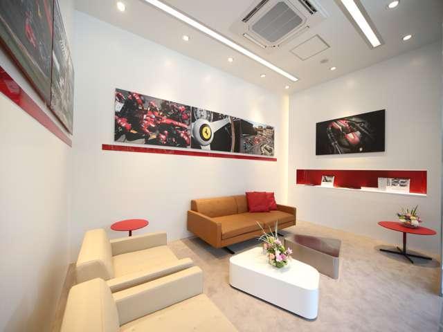 フェラーリ最新CIに則ったくつろぎのあるショールームスペース