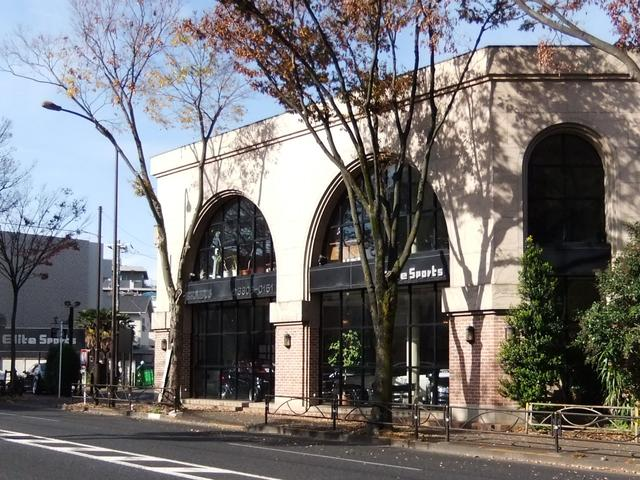 エリートスポーツは、赤レンガ造りの建物が目印です。