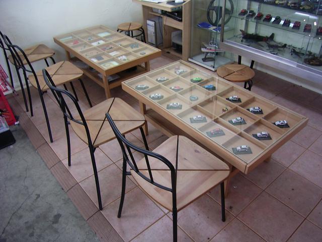 商談スペースです。ミニカーのコレクションやアクセサリーなどをご覧いただける空間です。