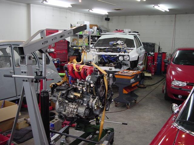 車検整備から重整備チューニングまで幅広く対応します、納車時の車両説明も交換部品をお見せして説明します