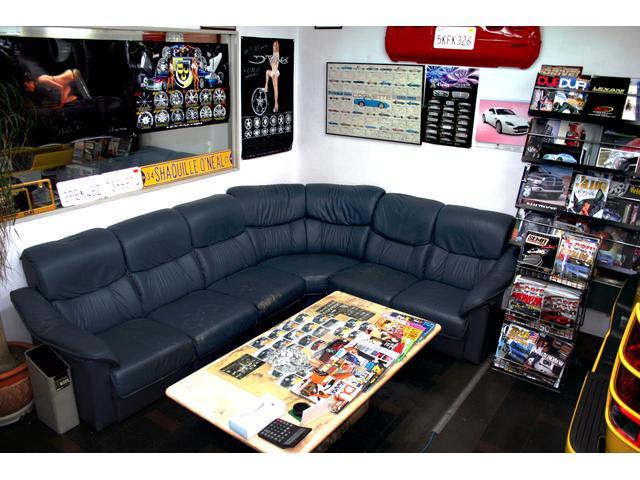 創業1992年 株式会社ベガスゆっくりとくつろげるソファーの商談スペースとなっております。