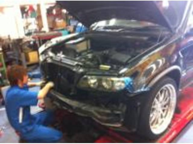 BMW X5(E53) ラジエター交換です!欧州車BMW、ベンツ、VW、AUDI修理お任せください!