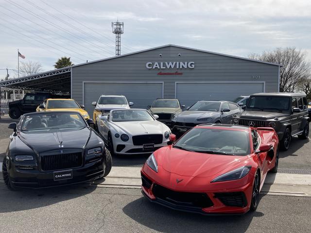 フェンスに囲まれた大型展示場には、良質な中古車両が揃っています!!CALWINGロゴの看板が目印!!